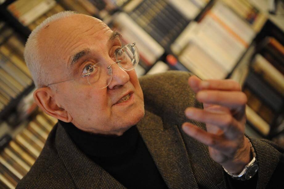 Max Gallo historien écrivain académicien à son domicile à Paris le 26 janvier 2011.