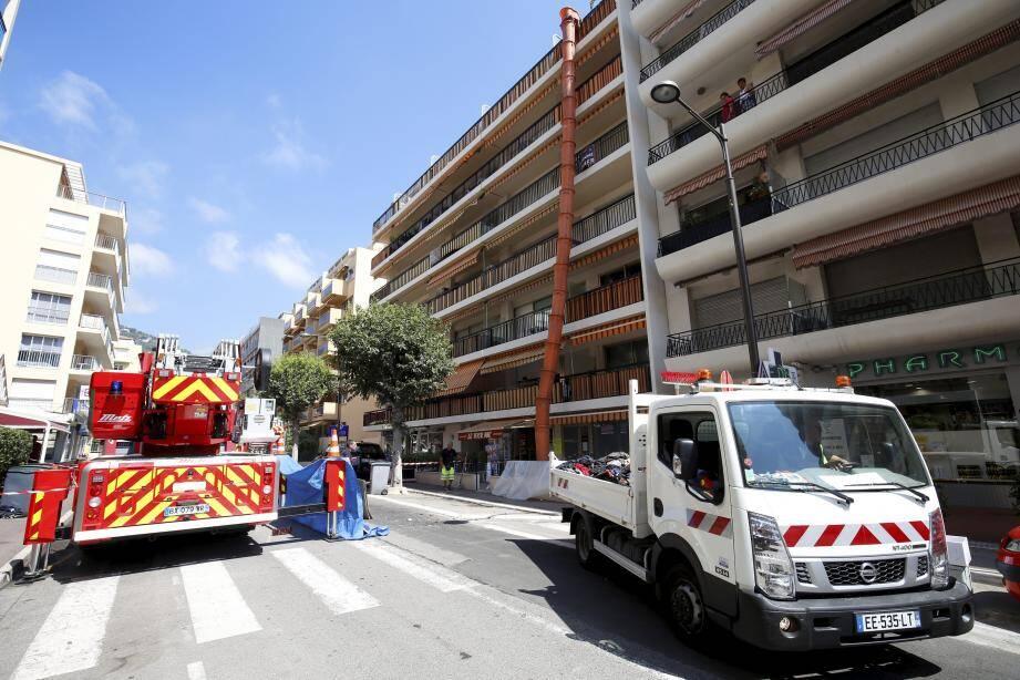 Ce jeudi matin, les sapeurs-pompiers étaient encore présents sur les lieux  pour déblayer l'appartement.
