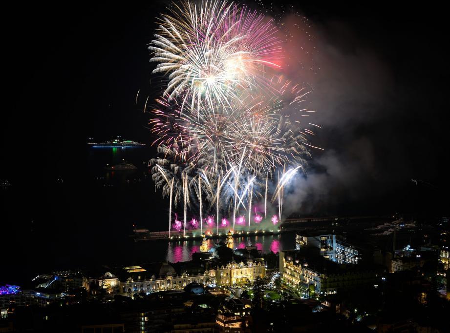 Le coup d'envoi du Concours International de Feux d'artifice pyromélodiques de Monaco.