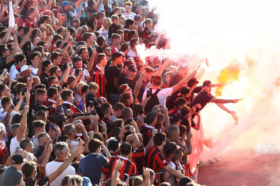 Les supporteurs niçois avant la rencontre contre l'Ajax au 3e tour préliminaire.