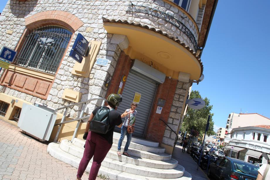 La poste Renoir est fermée pour travaux.