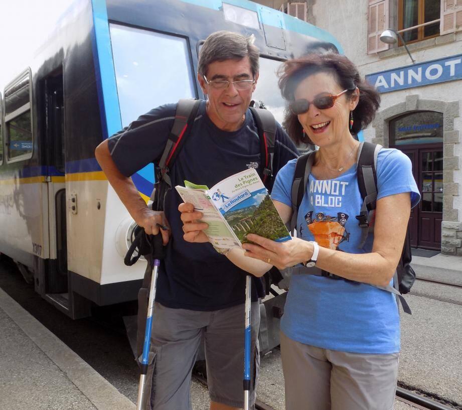Le premier Guide du routard consacré spécifiquement à la ligne des Chemins de fer de Provence, utilisé par des randonneurs ravis de cette initiative sur les quais de la gare d'Annot.