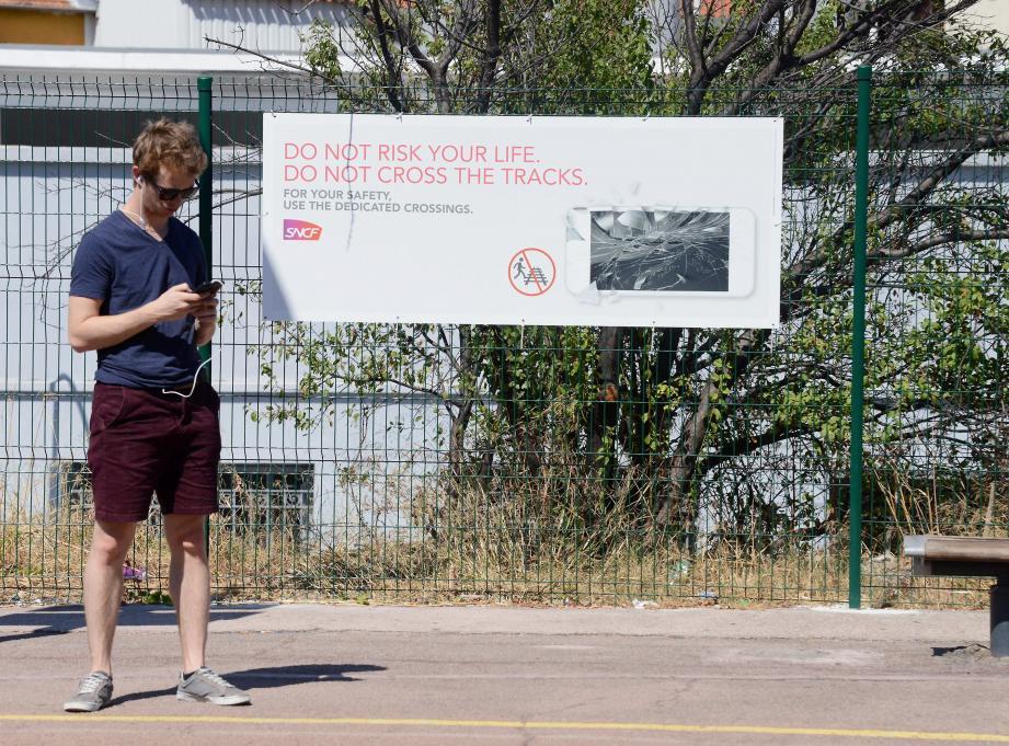 À Nice-Riquier, des affiches bilingues déconseillent aux voyageurs de traverser les voies.