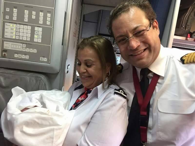 Les personnels naviguant ont immortalisé la naissance du bébé, un moment extrêmement rare à bord d'un avion.