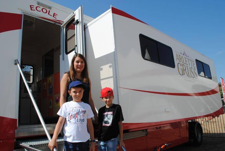 Devant leur maîtresse, Olivier et Alexis, deux enfants de la balle, qui rêvent de devenir employé de cirque et funambule.