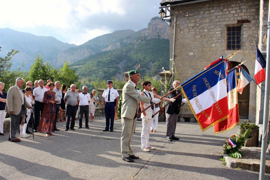 Après le dépôt de gerbe au monument aux Morts, l'hommage des porte-drapeaux devant les élus, les habitants de la commune et les représentants des forces de l'ordre.