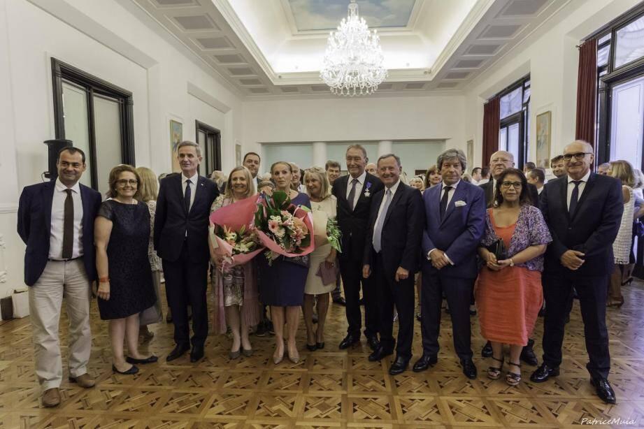 Michel Forkasiewicz (au centre avec la médaille) vient de recevoir la croix de chevalier dans l'Ordre du Mérite de la République de Pologne.