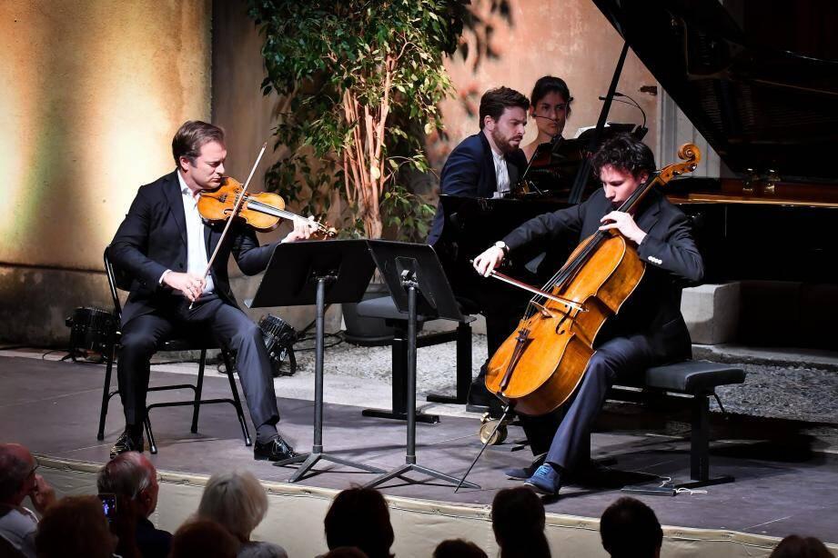 Le violoniste Renaud Capuçon, le violoncelliste Edgar Moreau et le pianiste David Kadouch ont formé un trio gagnant, hier soir, sur le prestigieux parvis Saint-Michel de la basilique de Menton.