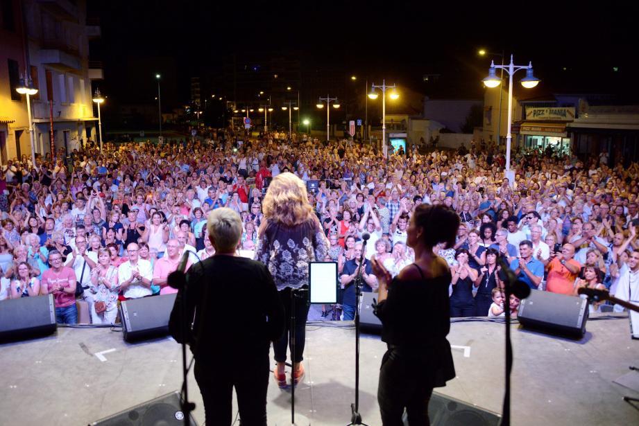 Environ 2 000 personnes se sont réunies autour du square Saint-Pierre lundi soir. Un record par rapport à l'édition précédente organisée à l'hippodrome. Cette soirée, placée sous le signe de la chanson, a été rythmée par le duo déjanté des humoristes Marco Paolo et Éric Collado, pour le plus grand plaisir des spectateurs.