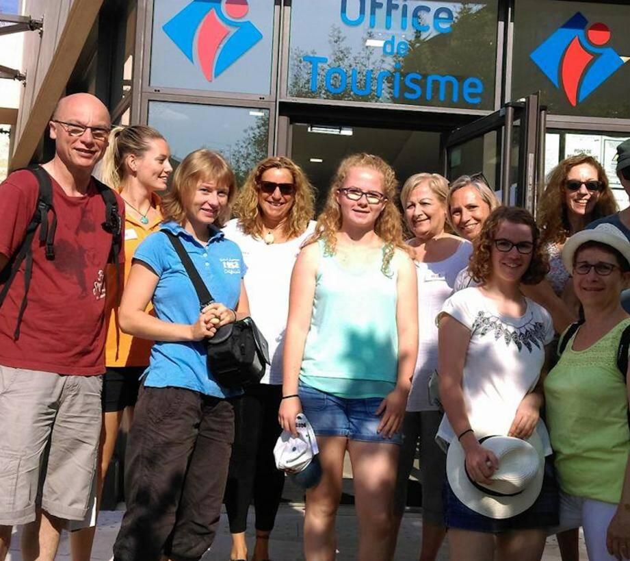 Après un accueil à l'office de tourisme, les visiteurs partent pour une visite guidée dans le village.