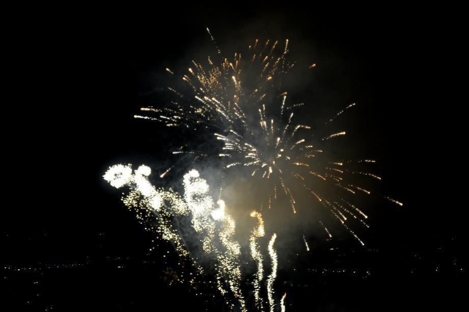 Comme le premier, ce deuxième feu (et dernier de la saison) des artificiers de la société Pyragric a été tiré sans musique pour cause de budget dévié vers la sécurisation des personnes. Pyragric a un contrat de trois ans avec la ville de Grasse. On les reverra donc l'an prochain.