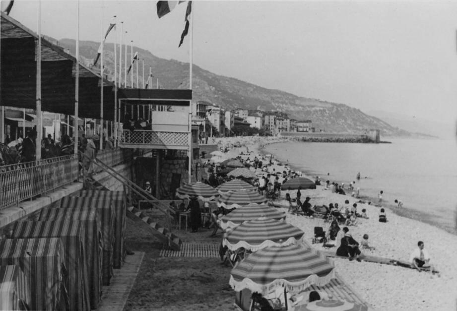A gauche, la plage du Casino d'avant-guerre (39-45) et à droite, la plage des Sablettes dans les années 60.