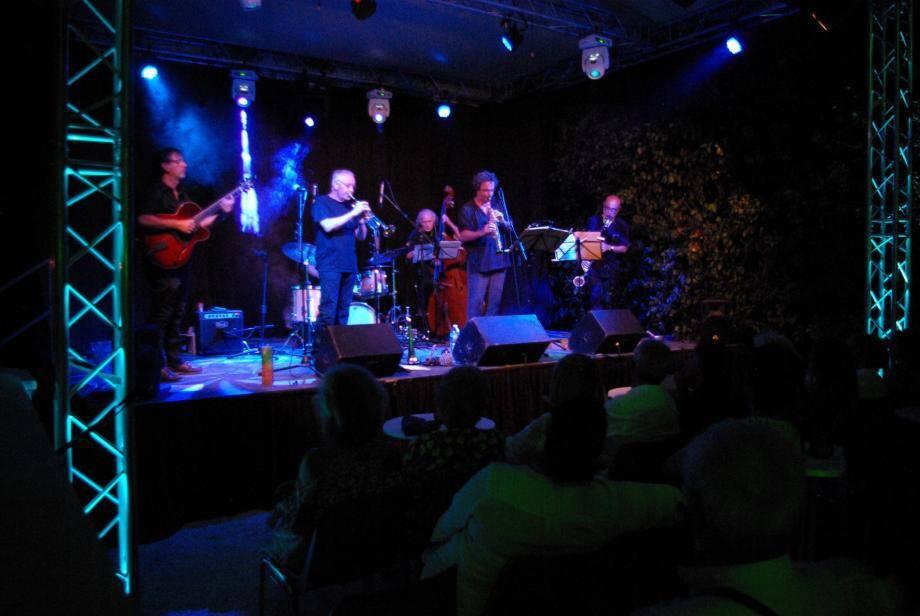Samedi soir, Cap Jazz 2017 a fini en beauté sa quinzième édition avec le jazz pointu de la Compagnie So What (à gauche). Henriikka et Paul étaient sur scène le vendredi soir (à droite).
