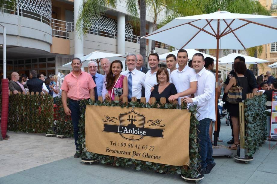 A gauche : inauguration en présence du maire Gérard Spinelli (avec à sa droite Jonathan Robolini et son équipe), et son épouse et de nombreux élus. A droite, l'intérieur du restaurant avec des meubles de styles très différents, qui sont en vente.