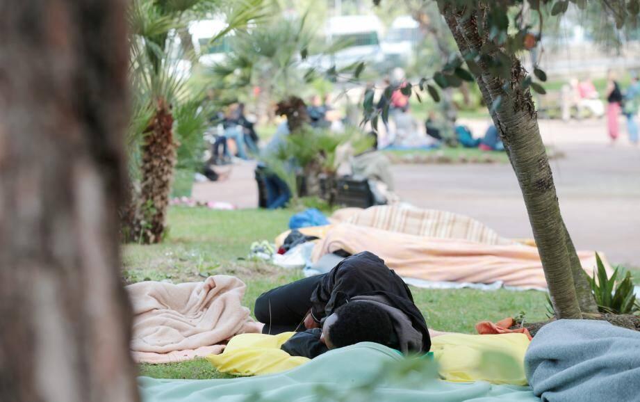 Le ministre de l'Intérieur, poussé par le Conseil d'État, a annoncé la création de deux centres d'accueil et d'orientation des migrants dans le Nord et le Pas-de-Calais. Rien n'est prévu dans les Alpes-Maritimes, malgré l'insistance de certaines associations. Les migrants investissent des parcs de la ville de Nice en attendant que soit examinée leur demande d'asile.