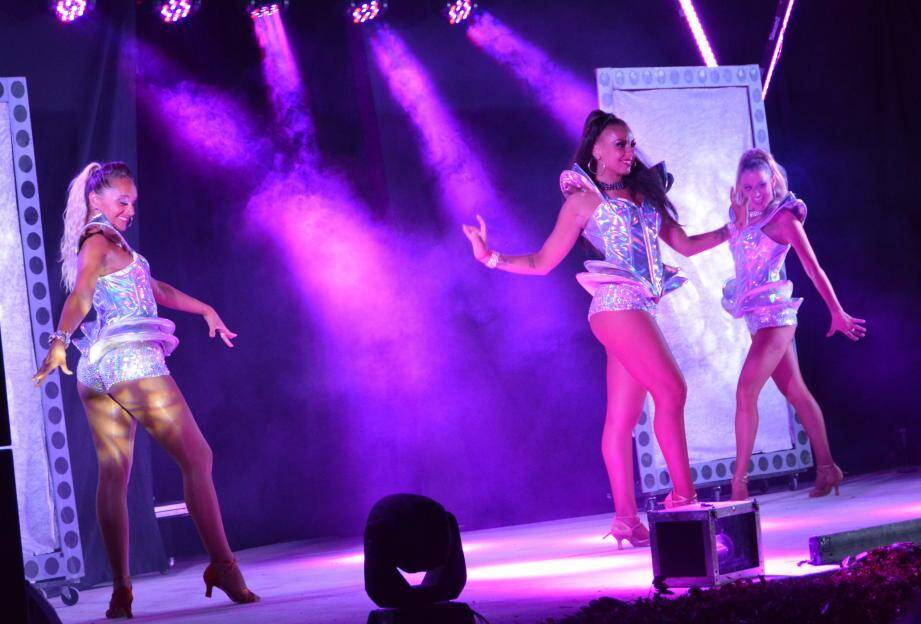 Trois girls pour une ambiance music-hall.