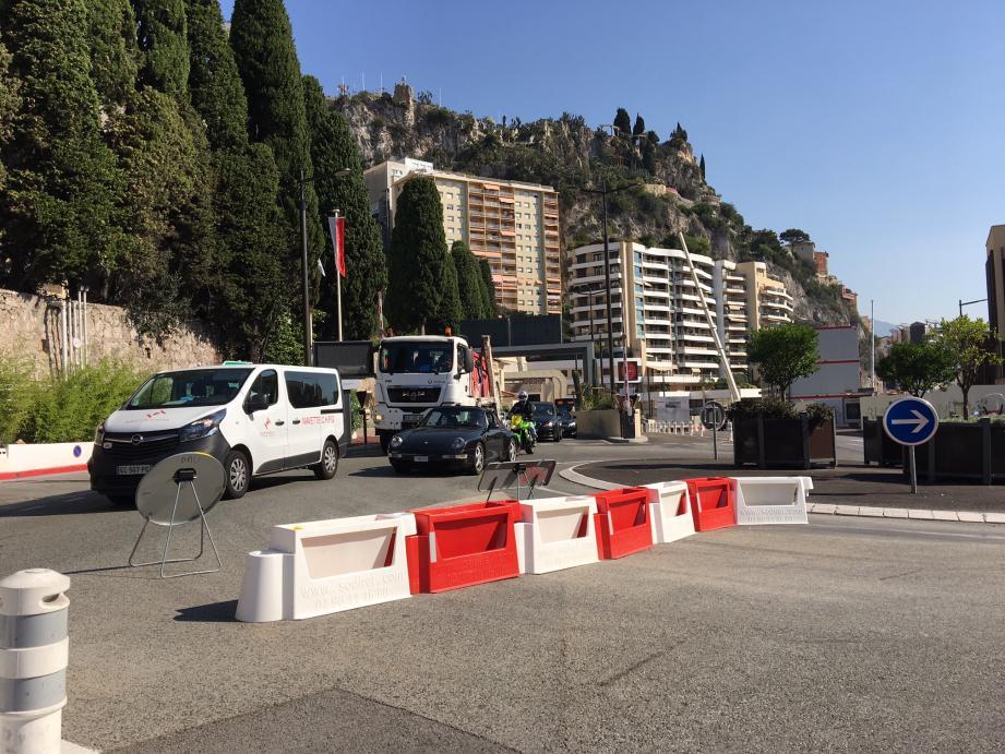 Les barrières temporaires permettent d'unir les deux giratoires à l'entrée de Monaco, pour n'en fait qu'un grand.