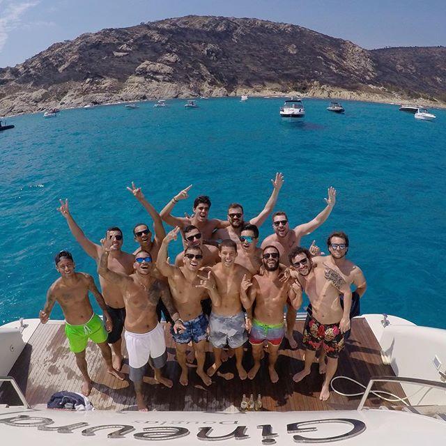 à l'Escalet, Neymar Jr (à gauche toute) et son clan de potes, ont goûté aux joies du plongeon dans une eau émeraude.