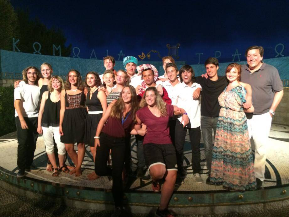 Les 14 élèves comédiens avec leurs professeurs de théâtre et de danse.