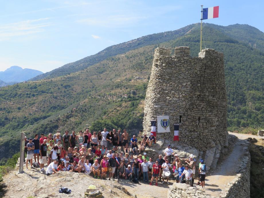 Photo de groupe devant la tour sur laquelle flotte désormais un drapeau permanent.