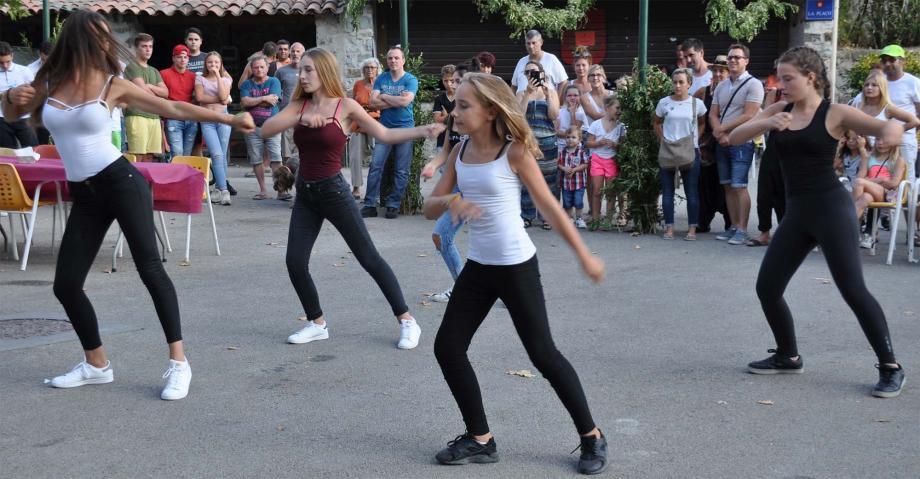 Les jeunes du comité des loisirs ont montré leur talent de danseuses.