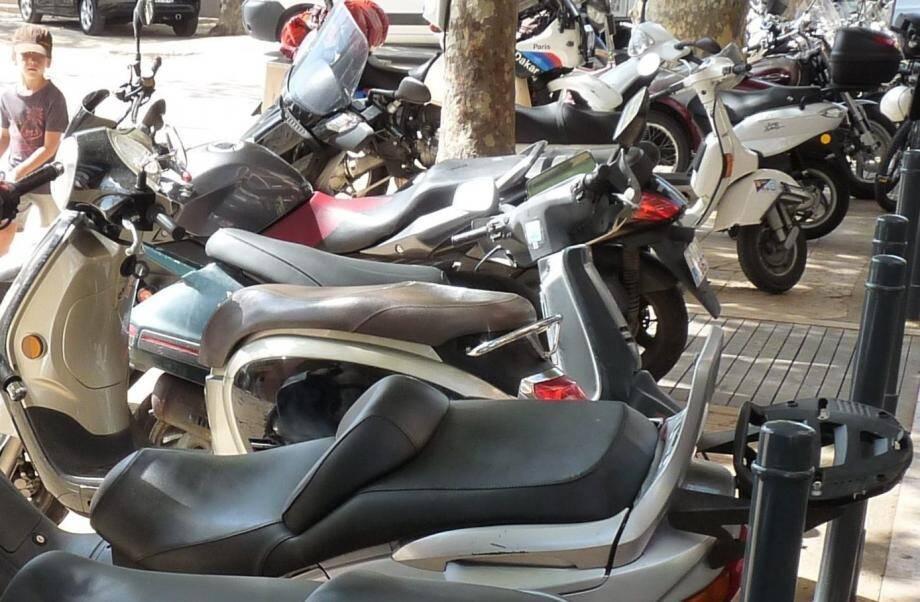 Ces scooters et autres gros cubes garés dans  la rue bénéficient d'une tolérance. Mais cette tolérance ne va pas durer éternellement.