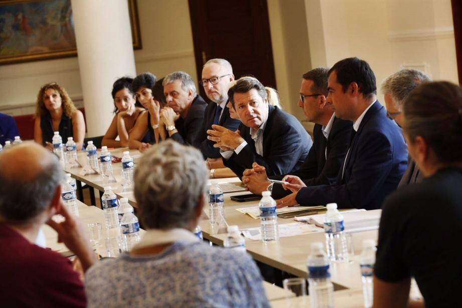 Christian Estrosi et ses équipes, en discussion avec les commerçants, hier.
