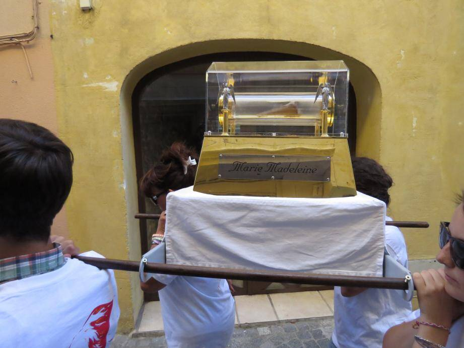 Avant une messe en l'église de Sanary, les frères Dominicains ont cheminé avec les reliques dans les rues du centre-ville.