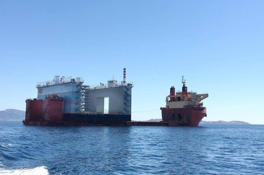 Après 14 jours de mer, le navire Sunrise a approché des côtes marseillaises hier, quasiment masqué par le caissonnier qu'il transporte.