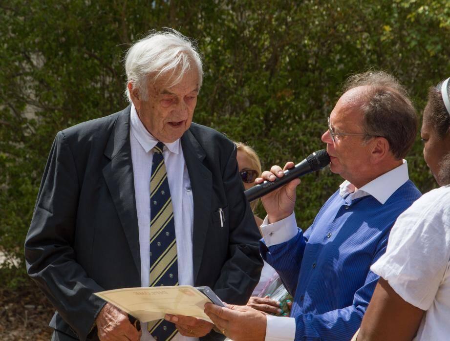Henri Cadet, maire honoraire, a été fait citoyen d'honneur de la commune, ici avec le maire Gilbert Hugues.