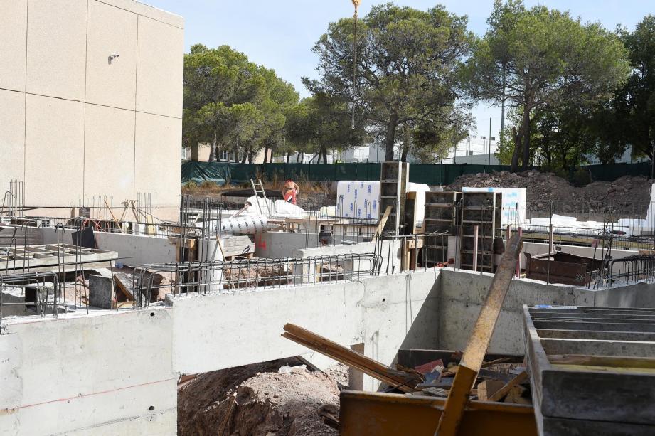Construction de salles supplémentaires dans un nouveau bâtiment au groupe scolaire de l'Aspé : le chantier avance bien pendant l'été.