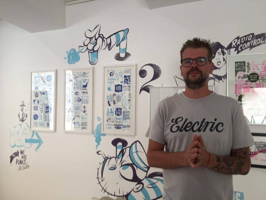 DeezOne, artiste influencé par la culture hip-hop/street art, expose jusqu'au 29 août.