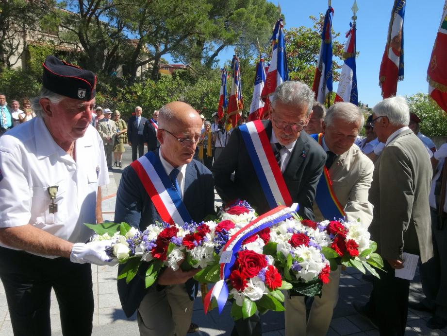 Dépôt d'une gerbe au pied de la stèle de la 1re DFL par Rolland Del Sol, le maire Jean-Claude Charlois, le député Jean-Louis Masson, le conseiller départemental Alain Dumontet et Claude Derungs-Del Sol (de gauche à droite).