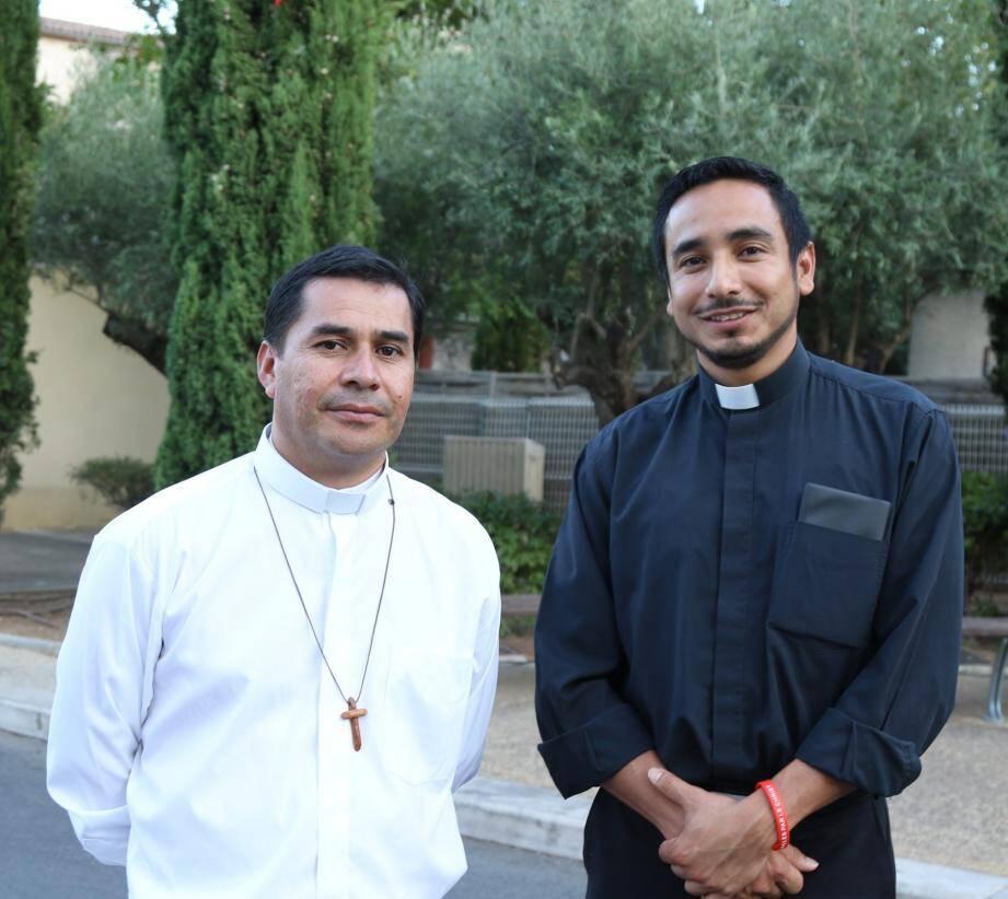 Le frère Luis (à gauche) a accueilli le nouveau père Orlando Aguilar (à droite).