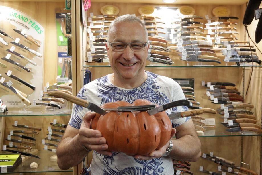À la coutellerie Mijoe, Michel propose plusieurs modèles de couteaux marqués au nom de la commune.
