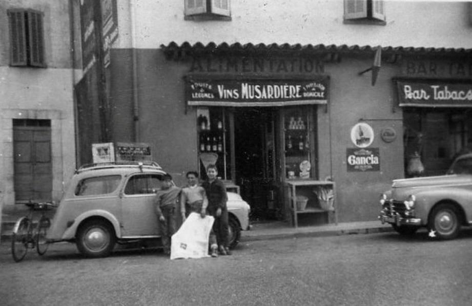 (De g. à dr.) José Boyera, Gérard Mogini et Jean-Claude Russo, en 1952, devant l'épicerie du Val. (DR)