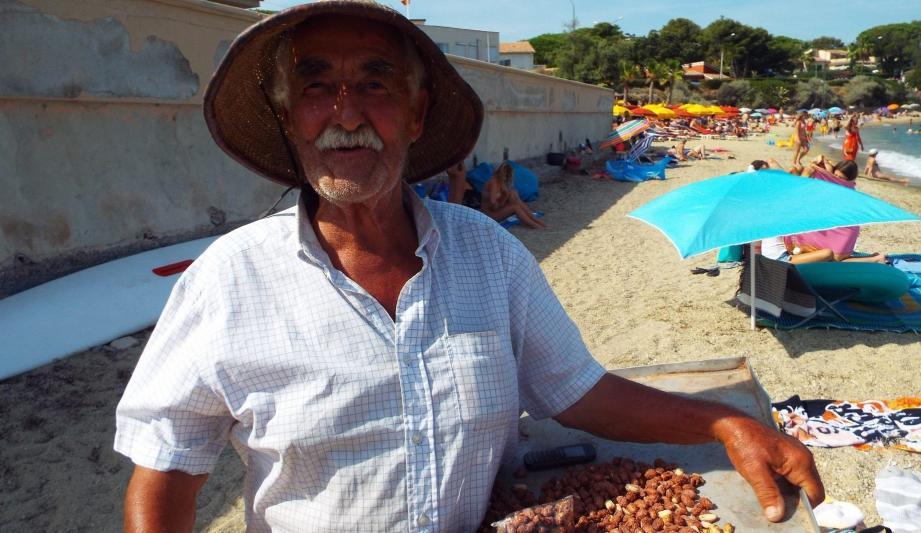 Méziane vend ses pralines depuis trente ans sur les plages, il est devenu le chouchou des habitués de la Nartelle.