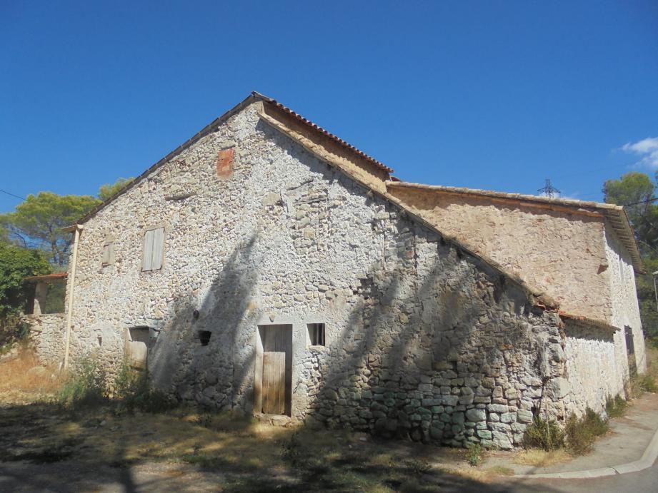 En remontant au vieux village de La Roquette, le visiteur peut faire de belles découvertes architecturales…