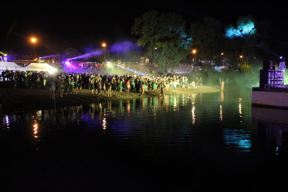 Le public assistera, depuis la plage du lac Perrin, aux divers concerts programmés pour cette soirée dédiée à la musique électronique.