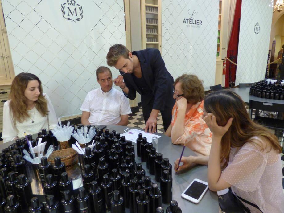 La famille de Noor écoute les recommandations de David Clément.