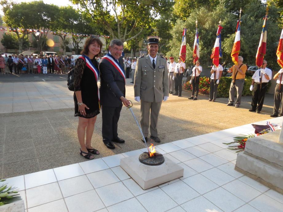 Le maire accompagné de Mme Monnier, maire d'Evenos et du lieutenant-colonel Vacaro ont ravivé la flamme.