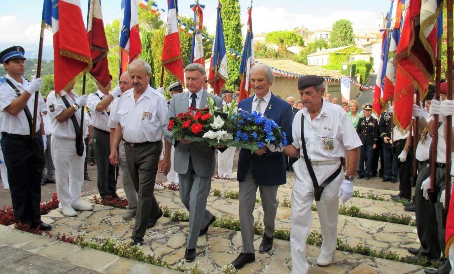 Deux dépôts de gerbe ont eu lieu en mémoire des morts lors du débarquement de Provence.