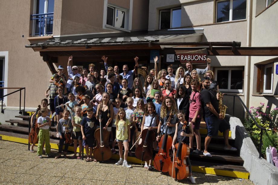 Après de longues heures à répéter leurs gammes, un petit moment de détente devant Le Rabuons pour les élèves de l'académie d'été.