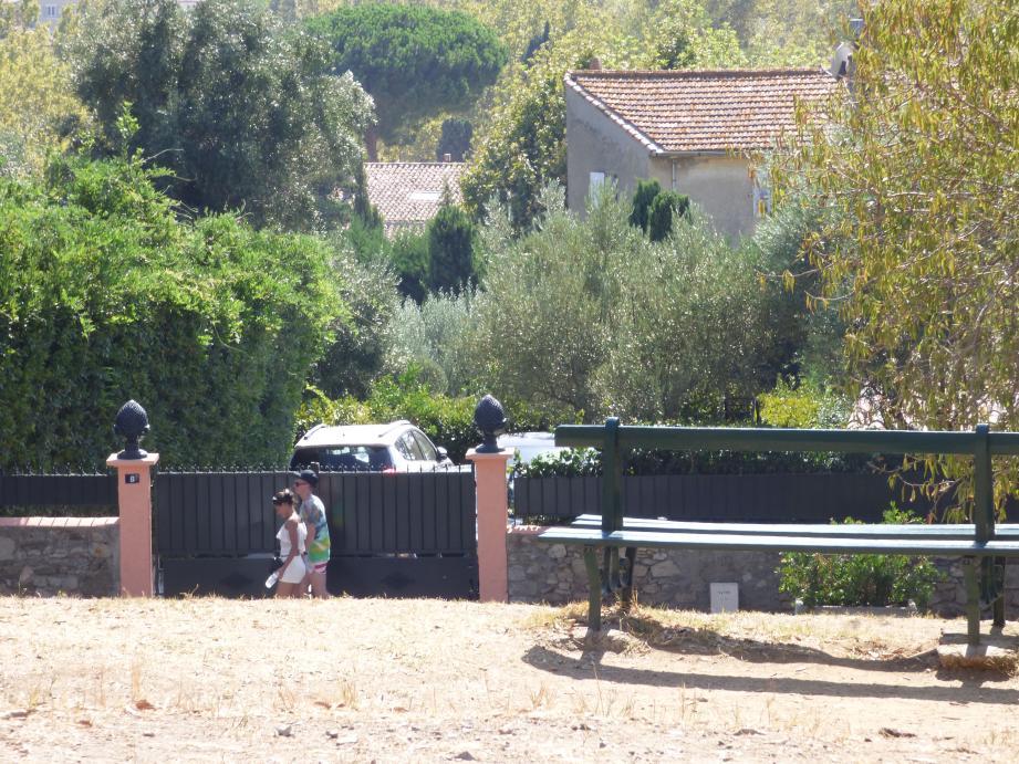 Le jardin d'enfants se trouvait derrière ce portail, avenue Paul-Signac, à côté de la propriété du Vieux-puits. Un terrain au centre d'une bataille juridique entre la ville et les héritiers d'Alex Samama.