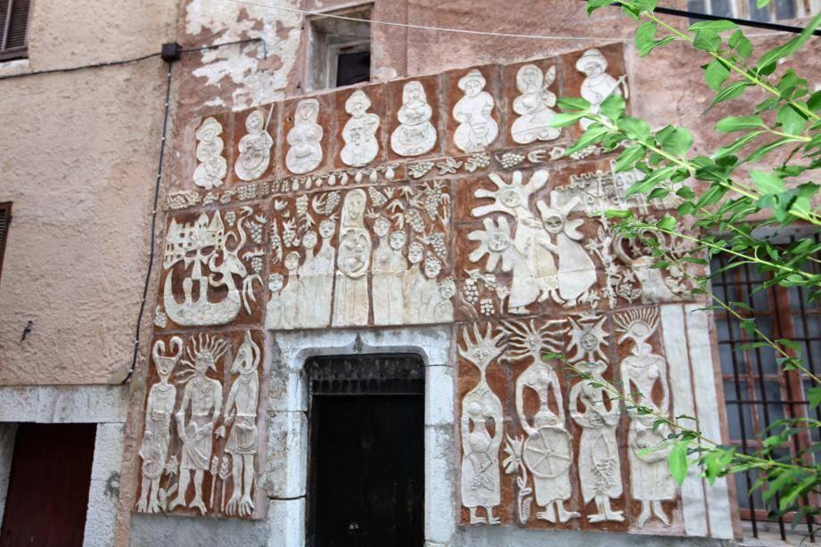 Parmi les curiosités, une façade ancienne revue par des enfants de l'école Freinet.