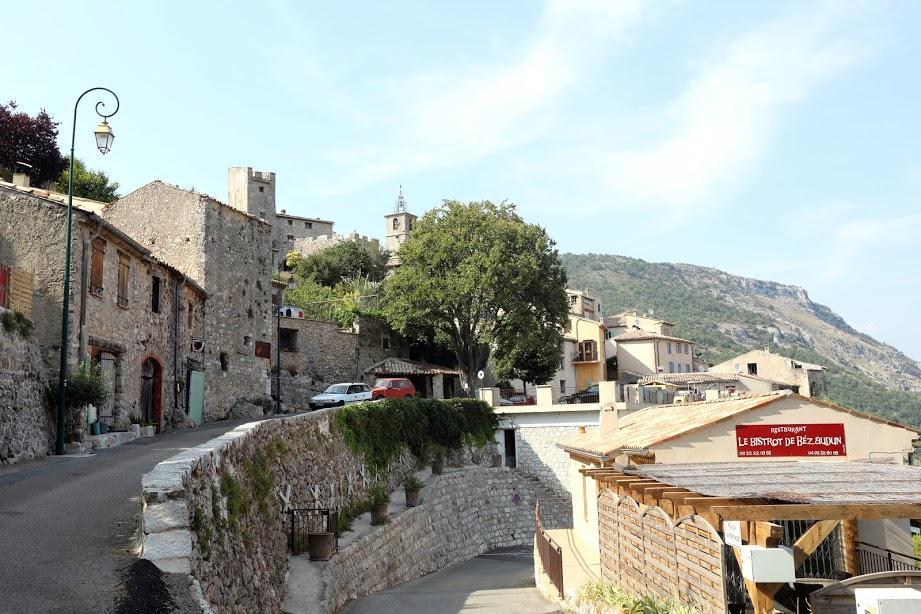 Le village a été bâti autour des restes du château du XIIe.