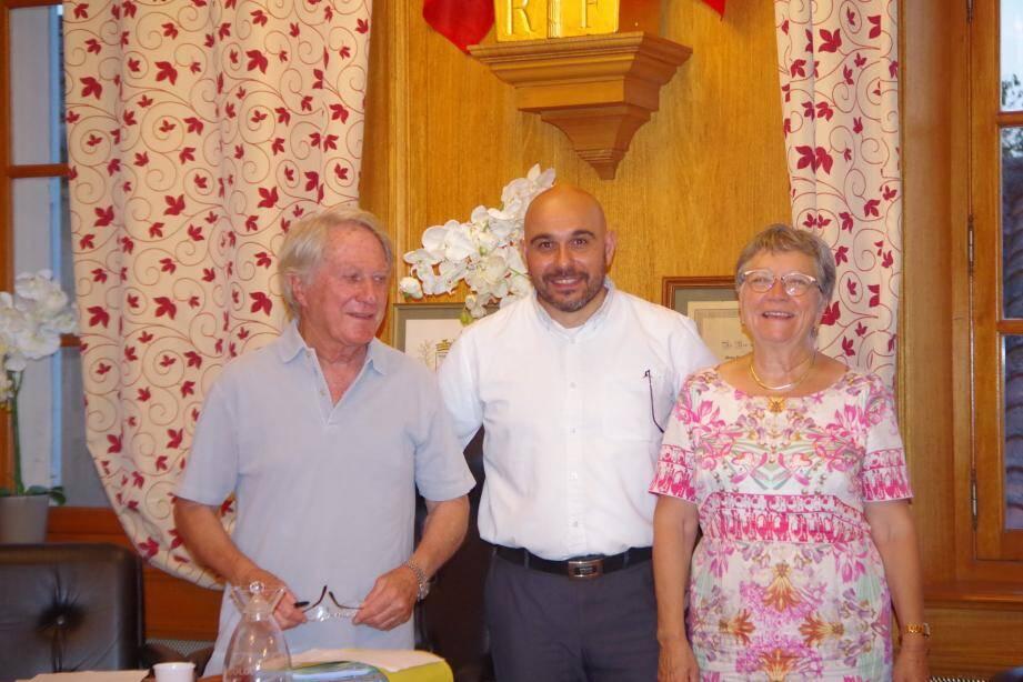 Anne-Marie Waniart et son premier adjoint, Robert Pesce, ont présenté le nouvel élu, Pierre Besse, au centre.