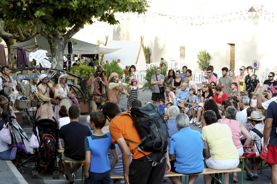 La troupe «Les Vilains » a assuré l'ambiance devant une foule conquise.