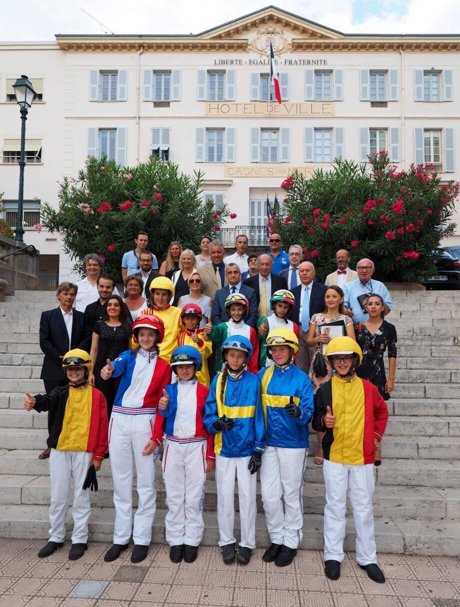 Les jeunes drivers (dont les deux Françaises)  lors de leur réception en mairie hier.