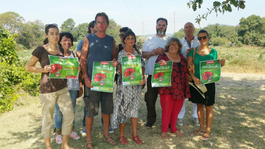 Marie-Hélène Navarro (en rouge) et ceux qui l'aident à organiser la manifestation,  ont été accueillis hier au Jardin de la Piboule par Yann Ménard (en bleu).